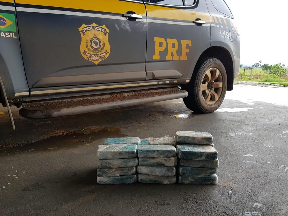 Entorpecente foi encontrado na lateral do veículo abordado na BR-174 — Foto: PRF/Divulgação