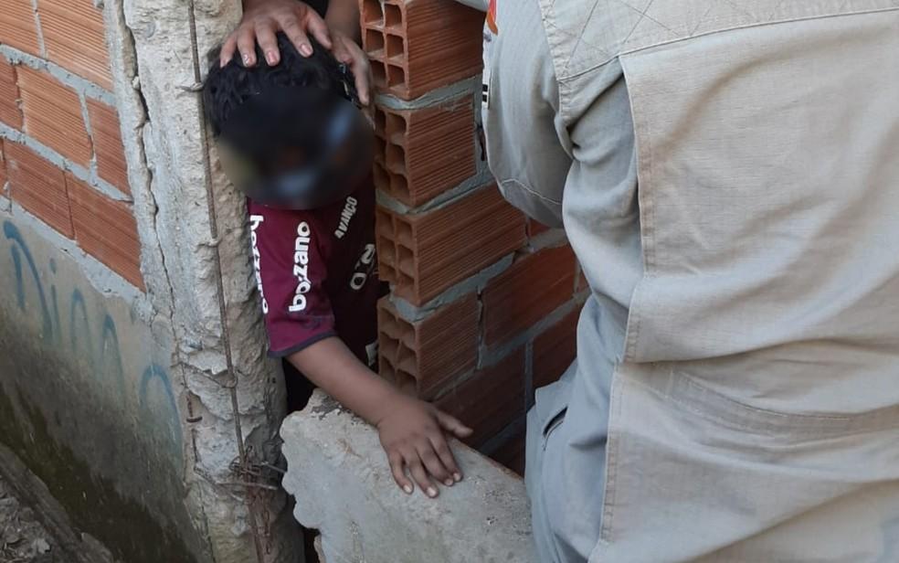 Criança ficou com cabeça presa entre duas paredes e precisou ser resgatada em Mineiros Goiás — Foto: Reprodução/Corpo de Bombeiros