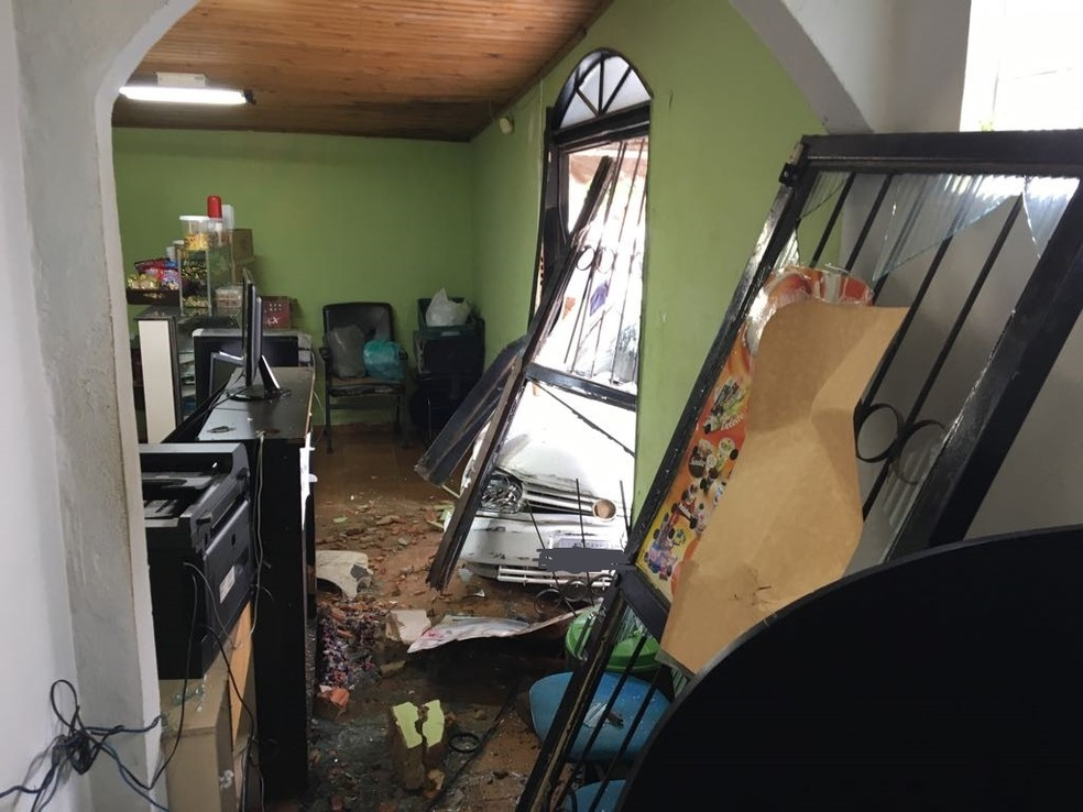 Carro invadiu a lan house e causou danos  (Foto: Osvaldo Nóbrega / Tv Morena )