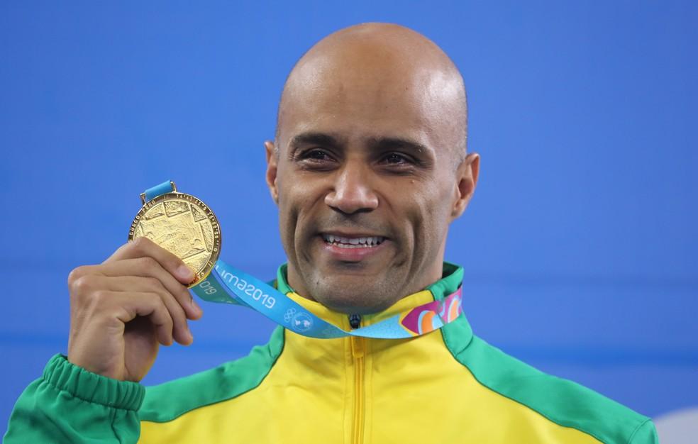 João Gomes Júnior com a medalha de ouro no Pan de Lima — Foto: Sergio Moraes/Reuters