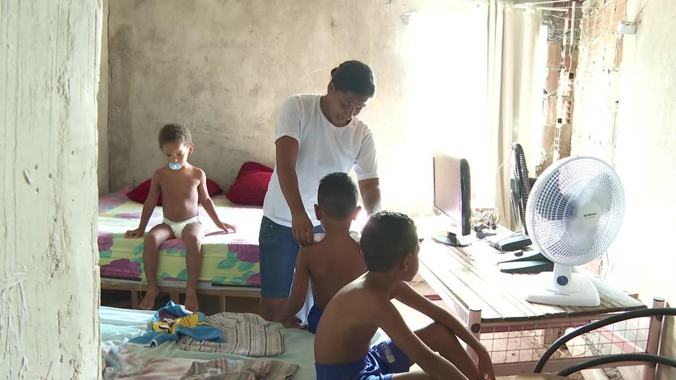 Jéssica cuida sozinha dos três filhos diagnosticados com autismo — Foto: Reprodução/TV Globo