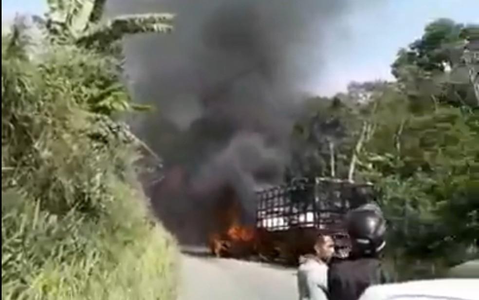 Moradores de Glória do Goitá registraram fogo que atingiu fusca nesta sexta-feira (8) — Foto: Reprodução/WhatsApp