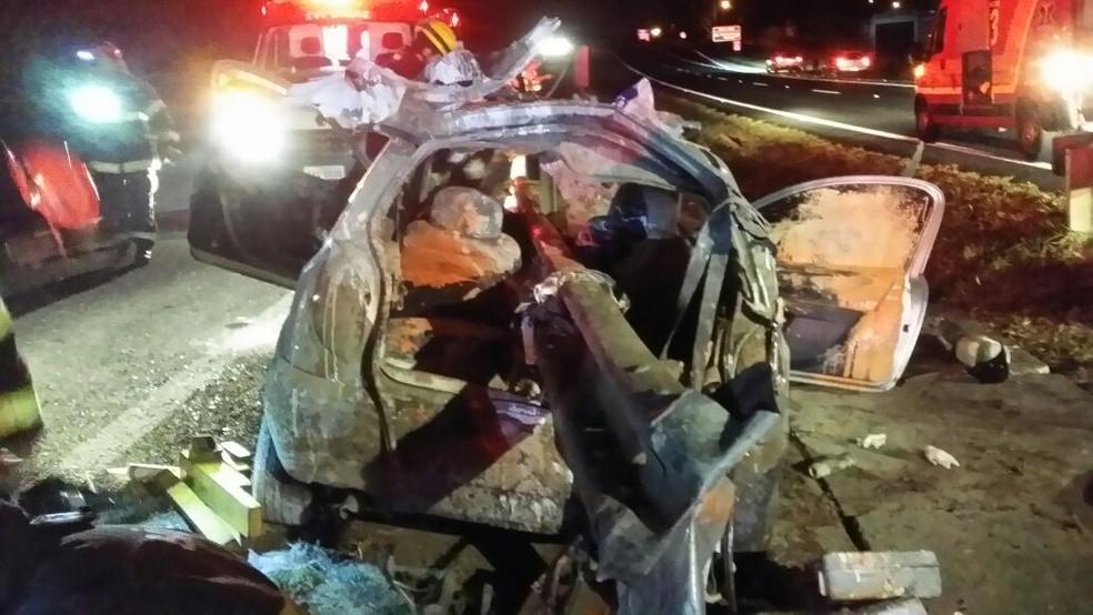 Veículo ficou destruído após a colisão na rodovia em Bauru  (Foto: Corpo de Bombeiros / Divulgação )
