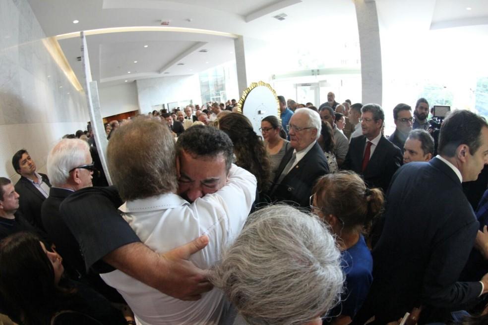 Emoção marca velório de Guilherme Uchoa, na Assembleia Legislativa de Pernambuco (Foto: Marlon Costa/Pernambuco Press)