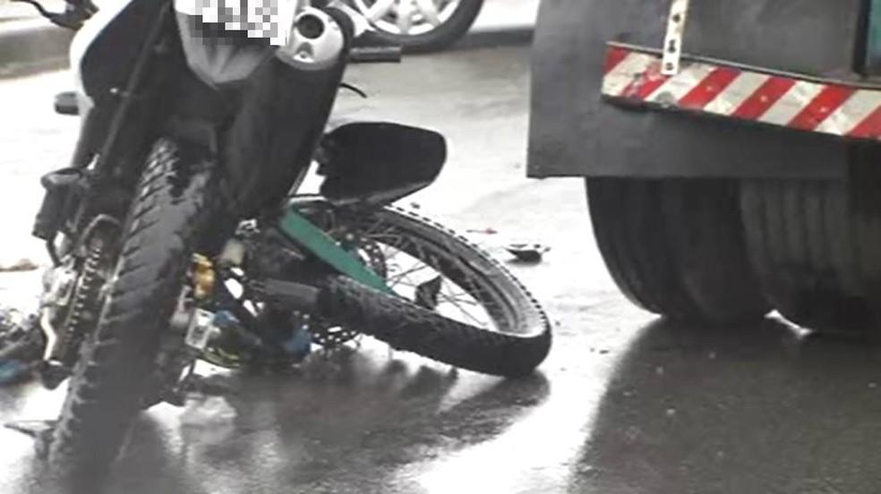 Moto ficou destruída após acidente (Foto: G1 Santos)