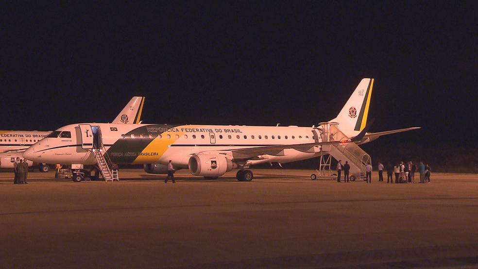 Avião com sobreviventes do Irma na Base Aérea (Foto: TV Globo/Reprodução)