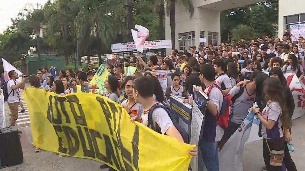 Estudantes de Belo Horizonte fazem protesto contra os bloqueios na educação anunciados pelo governo federal  — Foto: Reprodução/TV Globo