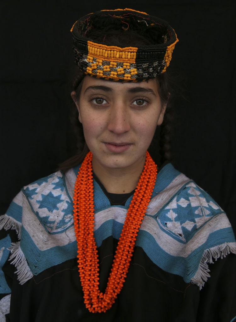 CHITRAL, PAKISTAN - JANUARY 06: A Kalash girl poses for a photo in Chitral in northern Khyber Pakhtunkhwa, Pakistan on January 06, 2020. The people of Kalash, who live in the Bamburet, Rumbur and Birir valleys of the Chitral city on the Afghanistan-Pakist (Foto: Anadolu Agency via Getty Images)