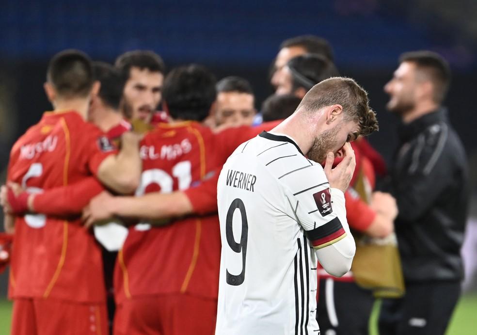 Timo Werner lamenta derrota da Alemanha para a Macedônia nas eliminatórias — Foto: Federico Gambarini/picture alliance via Getty Images)