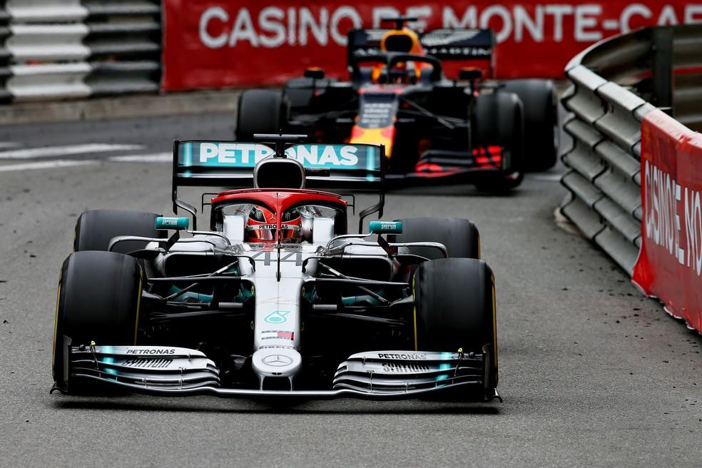 Hamilton à frente de Verstappen no GP de Mônaco — Foto: Getty Images