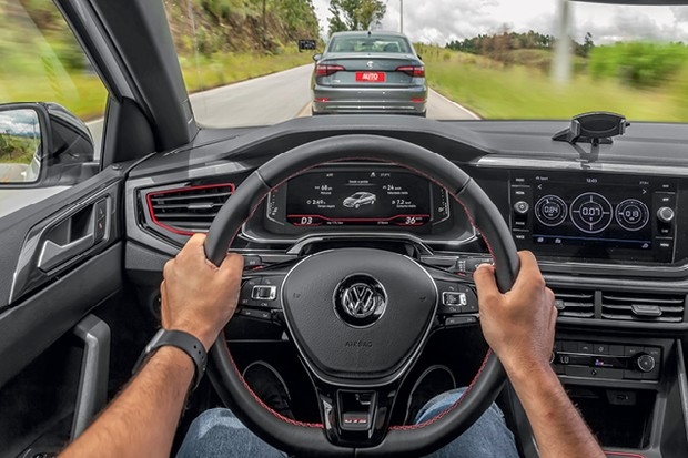 Comparativo: VW Jetta e VW Virtus GTS: Virtus tem quadro de  instrumentos digital e detalhes  na cor vermelha (Foto: Leo Sposito)