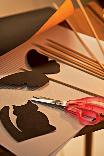 Ideal para uma festa do pijama, as imagens feitas de papel-cartão e coladas em palitos são os personagens perfeitos para um teatro de sombras (Foto: Iara Venanzi/Editora Globo)