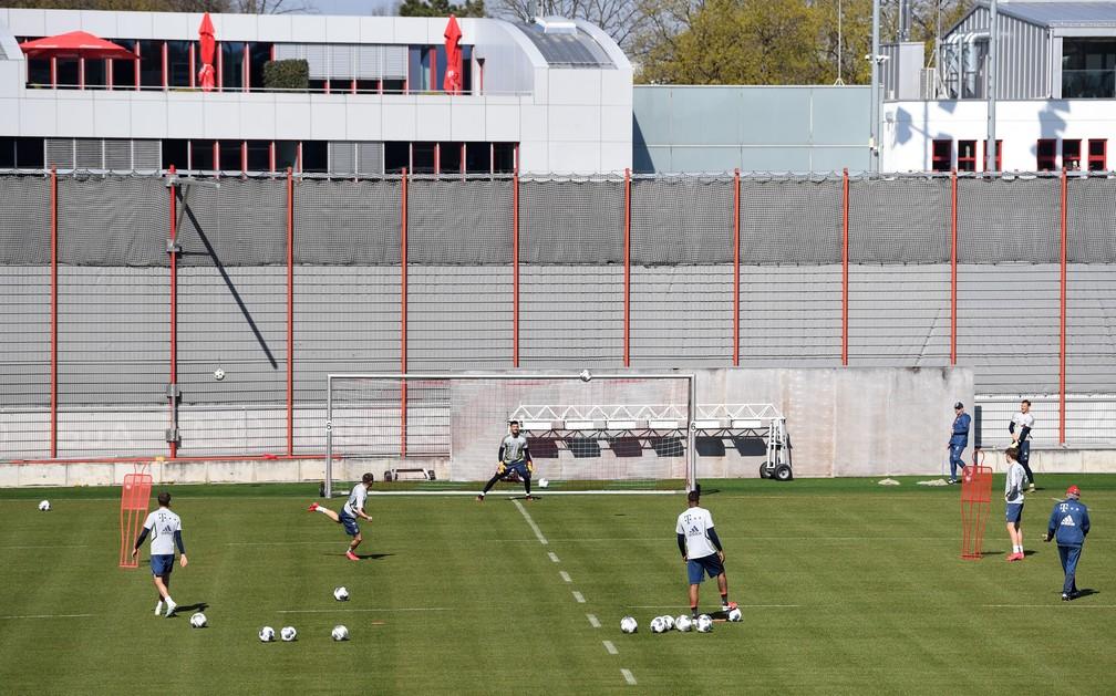 Jogadores fazem atividades com bola na retomada do Bayern de Munique em seu Centro de Treinamento — Foto: REUTERS/Andreas Gebert