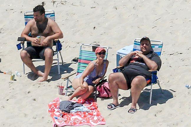 Chris Christie, governador de Nova Jersey, junto com sua família, aproveita o feriado de 4 de julho na praia (Foto: Andrew Mills / AP)