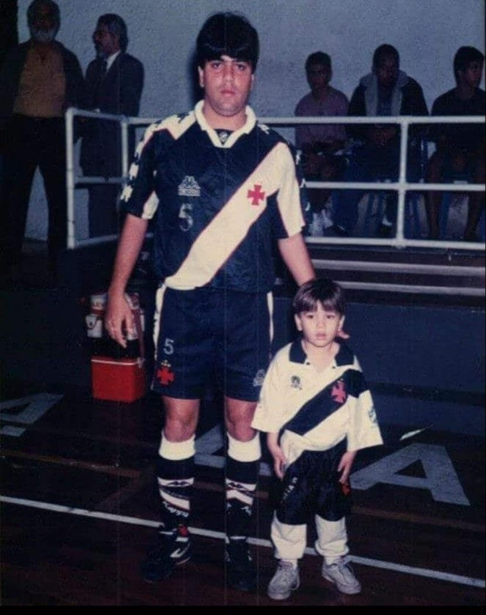 Marcelo Cabo ao lado de seu filho, Gabriel, que hoje é seu auxiliar, nos tempos de jogador de futsal do Vasco — Foto: Reprodução