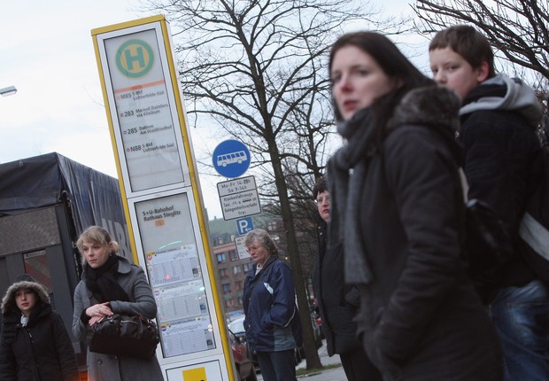 Ponto de ônibus na Alemanha (Foto: Sean Gallup/Getty Images)