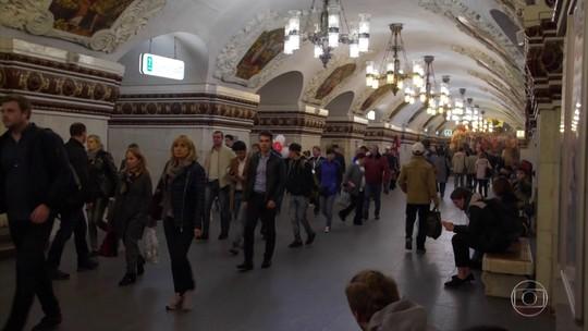 Cheio de luxo e esculturas, metrô de Moscou encanta como um palácio subterrâneo