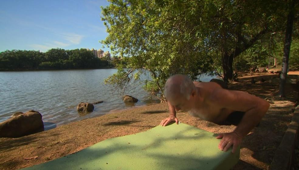 Idoso pratica atividade física na Lagoa do Taquaral, em Campinas (Foto: Vanderley Duarte / EPTV)