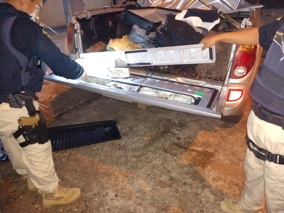 Diversas notas estavam escondidas na estrutura da própria caminhonete — Foto: Polícia Rodoviária Federal de Mato Grosso/Assessoria
