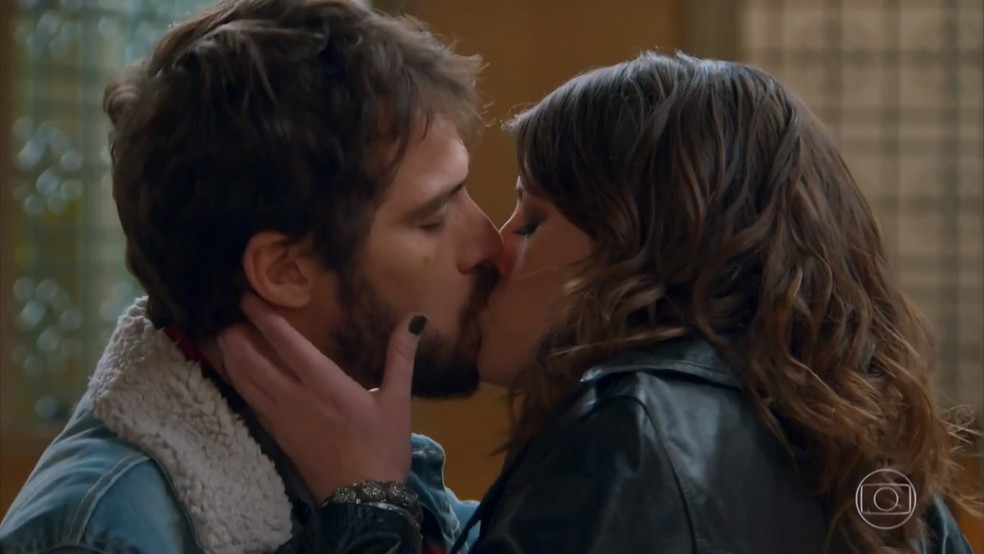 Camila (Agatha Moreira) beija Giovanni (Jayme Matarazzo) - 'Haja Coração' — Foto: Globo