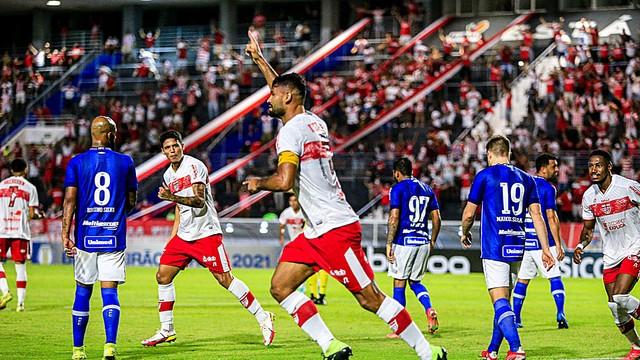 Gum comemora o gol do CRB contra o Avaí; torcida vibra no Rei Pelé