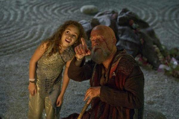 A atriz inglesa Mya-Lecia Naylor com Tom Hanks em cena de A Viagem (2012) (Foto: Reprodução)